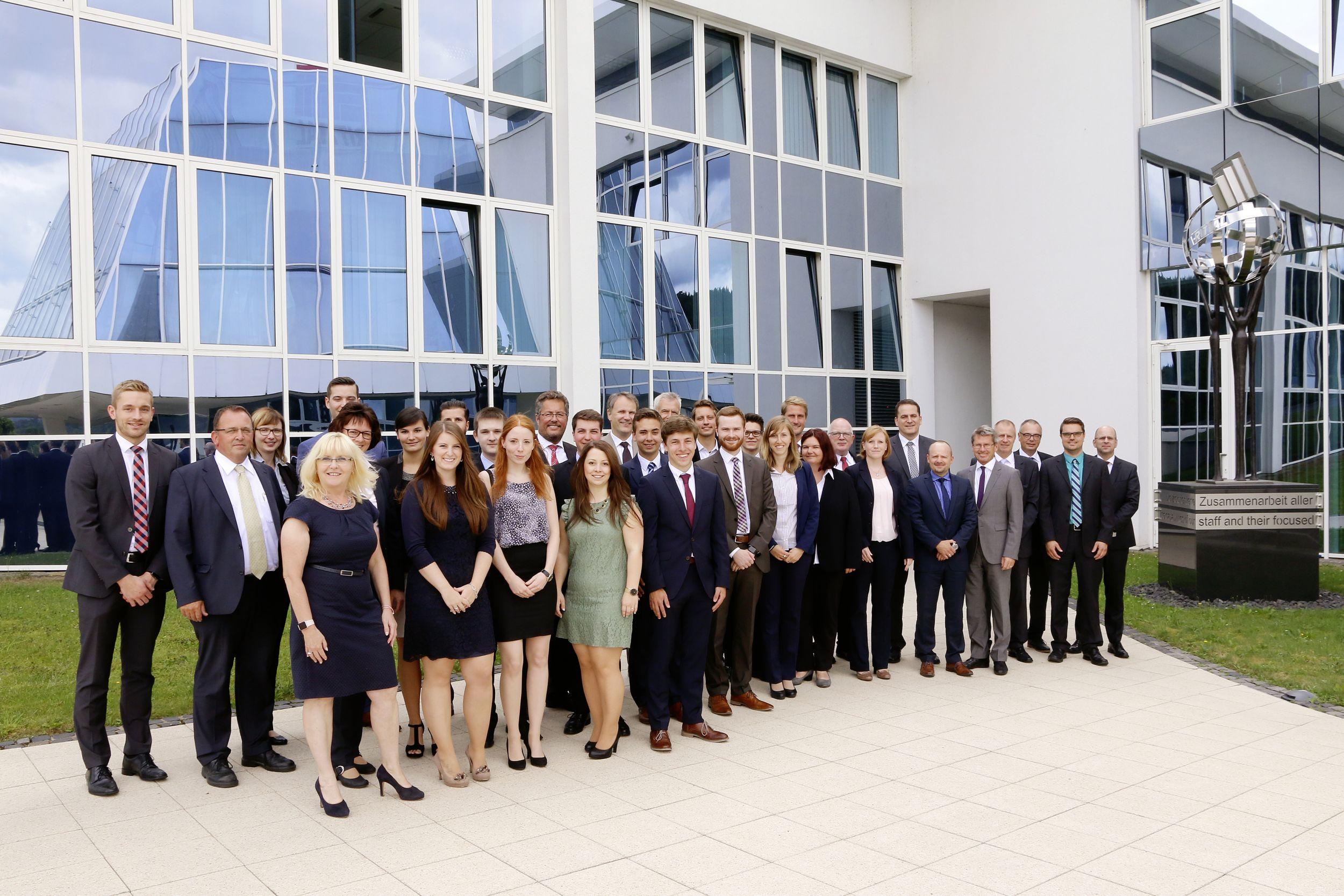 Zeugnisübergabe: 110 neue Fachkräfte in der Friedhelm Loh Group