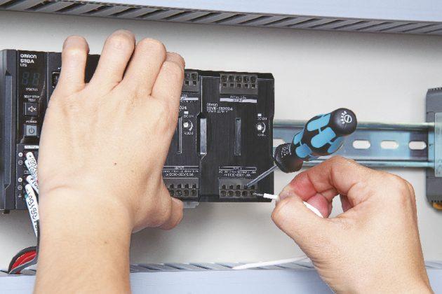 Der Klemmenmechanismus ist bei der Push-In Plus-Technologie so ausgelegt, dass der Schraubendreher bei Entriegelung gehalten wird und das Personal beide H?nde frei hat. (Bild: Omron Europe BV)