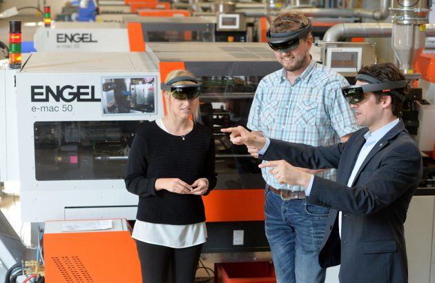 Patrick-Benjamin B?k und sein Team der 'Global Factory Digitaliziation & Intelligence' erhoffen sich Zeit-und Flexibilit?tsgewinne durch AR-Anwendungen mit der Datenbrille. (Bild: Picture Alliance)