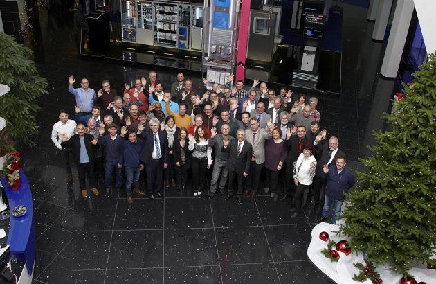 Prof. Friedhelm Loh ehrte jetzt 222 Jubilare für ihre Treue zur Unternehmensgruppe. Im Prof. Friedhelm Loh (1. Reihe, 4.v.l.) mit den Jubilaren, die seit 25 oder 40 Jahren für das Unternehmen arbeiten. (Bild: Rittal GmbH & Co. KG)
