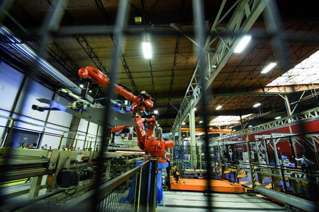 Produkte und Systeme der elektrischen Energieverteilung müssen sich heute zunehmend in vernetzte und automatisierte Fertigungsumgebungen integrieren. (Bild: Siemens AG)