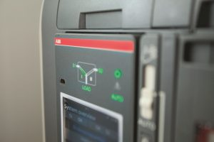 Automatischer Netzumschalter: Lasttrennung und Umschaltung integriert