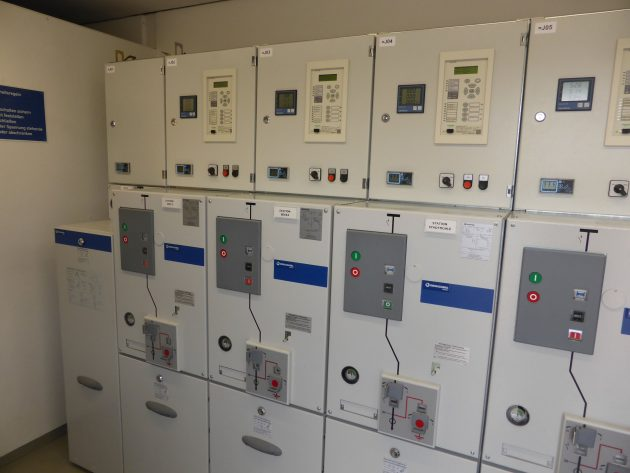 Die gasisolierte Schaltanlage gae630-1ts-4lsv/5-1lsv/6 besteht aus einem Transformatorfeld mit Sicherung und fünf Leistungsschalterfeldern. Zudem ist die Anlage mit Sekundärtechnik der Unternehmen Schneider, Janitza und Kries ausgestattet. (Bild: Ormazabal GmbH)
