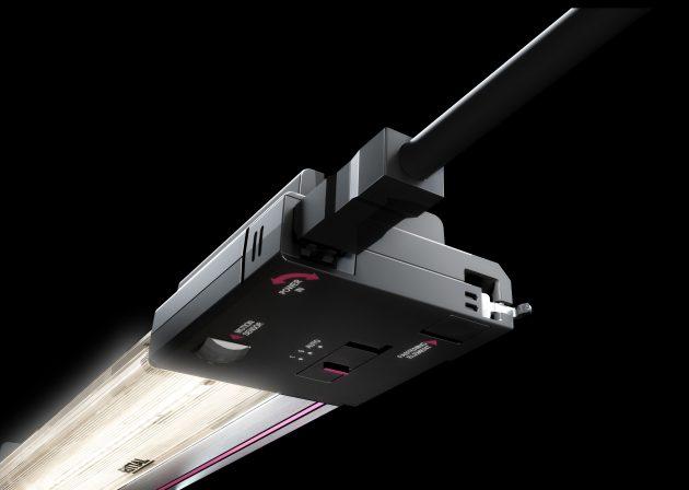 Bei Schaltschränken mit 600mm Breite wird der Platz zum Einstecken des Steckverbinders von der Seite knapp, da der Biegeradius der Anschlussleitungen eingehalten werden muss. Drehbare Steckverbinder ermöglichen den Einbau bei engen Platzverhältnissen. (Bild: Rittal GmbH & Co. KG)