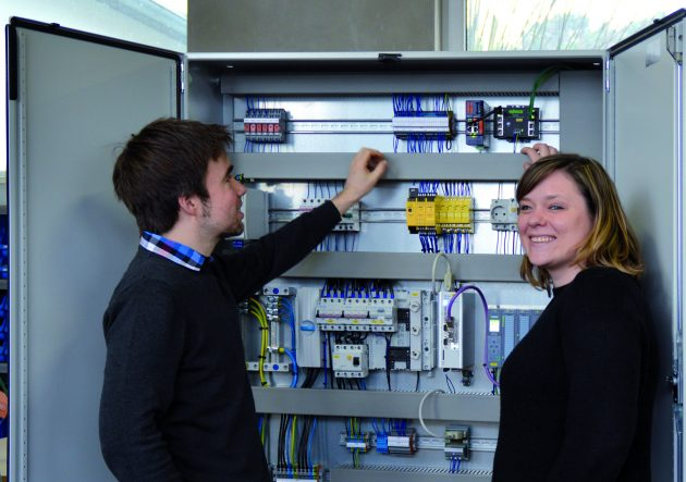 Dominic Schott und Miriam Drescher von der Firma Schodo in Aschaffenburg setzen seit mehr als zehn Jahren auf Fernwartungslösungen von Wachendorff. (Bild: Wachendorff Prozesstechnik GmbH & Co. KG)