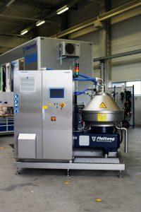 Für kleinen Bauraum geeignet: Industriezentrifuge und Steuerungselektronik als Kompaktanlage (Bild: Flottweg SE)
