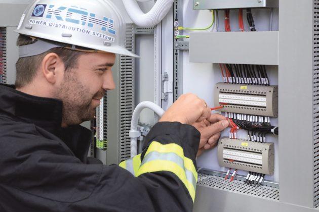Schutzschränke für die Energieverteilung: Die Verdrahtungsprüfung des Schutzgeräteprüfsteckers erfolgt an der Rückseite. (Bild: Phoenix Contact Deutschland GmbH)