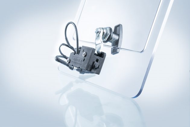 Durch den neuen, elektronisch gesteuerten Verschluss eCam wird die Zunge des Vorreibers auf der Schrankinnenseite gesichert. Im Notfall kann der Verschluss auch händisch betätigt werden. (Bild: Emka Beschlagteile GmbH & Co. KG)