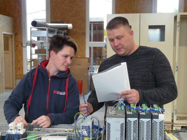 Christian Schwass, Leiter Konstruktion und Schaltschrankbau, im Gespräch mit einer Mitarbeiterin. (Bild: Elektronik Schwab GmbH)