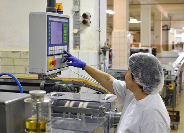Das solide Wachstum in der Nahrungs- und Genussmittelindustrie führt zu einem kontinuierlichen Bedarf an Gehäuselösungen. (Bild: © Industrieblick/stock.adobe.com)