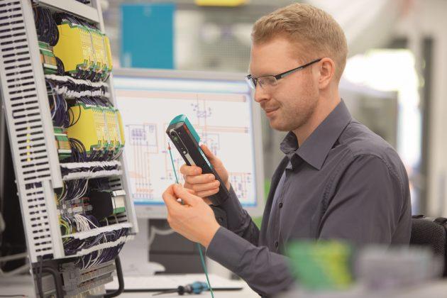 Abisolieren, mit Aderendhülse bestücken und verpressen - in einem Arbeitsgang mit dem Crimphandy (Bild: Phoenix Contact Deutschland GmbH)