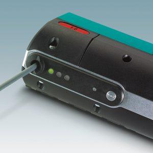 Einfache Bedienung: Das Crimphandy verfügt über eine Taste zum Ein- und Ausschalten sowie über drei Status-LEDs. (Bild: Phoenix Contact Deutschland GmbH)