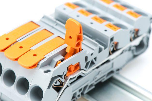 Die Wago-Reihenklemmen Topjob S mit Hebel sind für alle Leiterarten geeignet: eindrähtige, mehrdrähtige sowie feindrähtige Leiter mit und ohne Aderendhülse. (Bild: Wago Kontakttechnik GmbH & Co. KG)