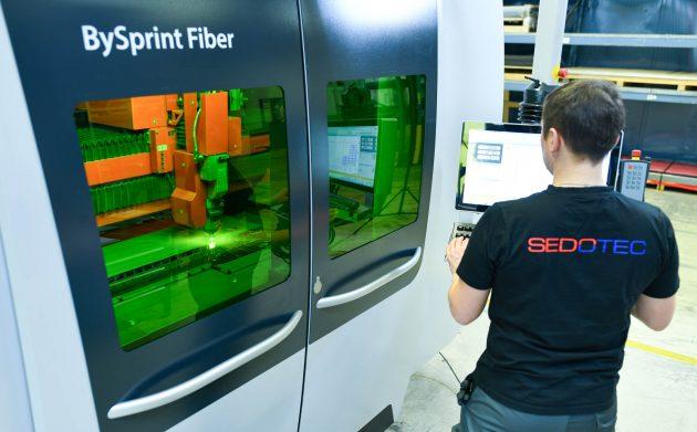 Ein Mitarbeiter arbeitet in der Firma Sedotec an einer BySprint Fiber 3015. (Bild: Sedotec GmbH &Co. KG/Uwe Anspach)