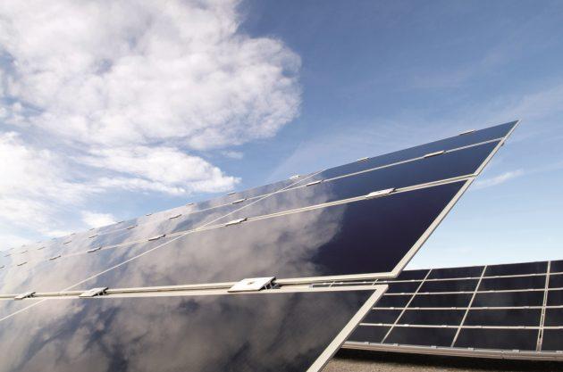 Strom aus erneuerbaren Energiequellen kann Gleichstromanwendungen in der Industrie nahezu verlustfrei zur Verfügung gestellt werden. (Bild: Socomec GmbH)