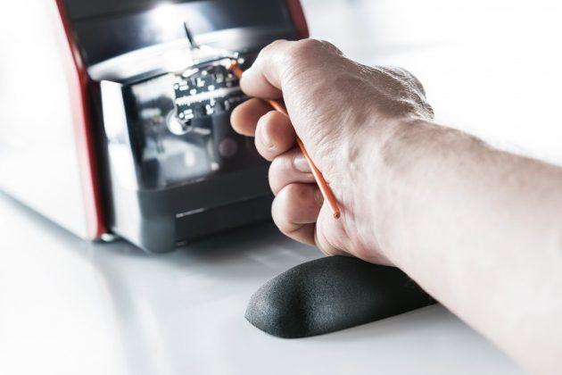 Ergonomische Arbeitshaltung dank Handauflage und tief liegender Arbeitsachse. (Bild: Komax AG)