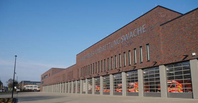 Unweit der denkmalgeschützten alten Feuerwache ist die neue, moderne Hauptfeuerwache der Stadt Krefeld entstanden. Sie umfasst unter anderem eine Fahrzeughalle mit 28 Ausfahrtstoren zur Neuen Ritterstrasse, eine Ausungseinrichtung, eine Kfz-Werkstatt und die Verwaltung. (Bild: Presigno)