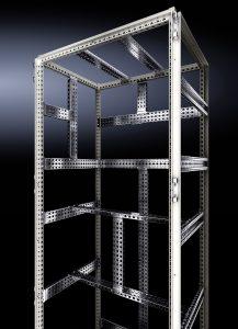 Bei der Neuentwicklung ist es gelungen, durch ein übergreifendes, durchgängiges 25mm-Maßraster und voller Symmetrie die Komplexität in der Schaltschranktechnik wesentlich zu reduzieren. (Bild: Rittal GmbH & Co. KG)