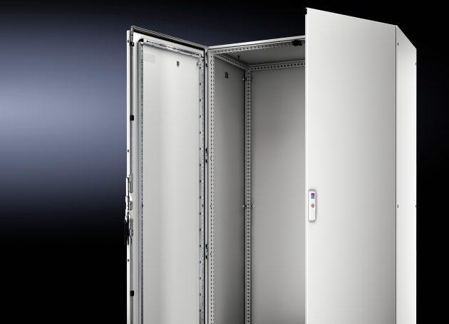 Komplett sparen können sich Steuerungs- und Schaltanlagenbauer die mechanische Bearbeitung der Tür bei der 180°-Scharniermontage. Das neue 180°-Scharnier lässt sich schnell und einfach ohne Bohren am Schrank montieren. (Bild: Rittal GmbH & Co. KG)