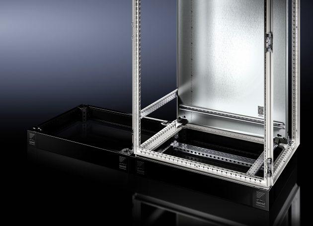 Der neue Sockel vereint alle Funktionen des TS Sockel und dem Sockelsystem Flex-Block in einer Lösung - und kann jetzt noch viel mehr. Im Sockel lässt sich auch das übliche Schrankzubehör kompatibel einbauen. (Bild: Rittal GmbH & Co. KG)