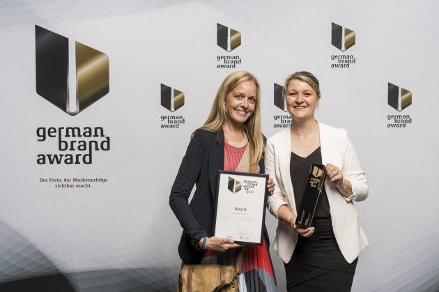 Von links: Martina Seehöfer (Manager Creation, verantwortlich für das Corporate Design) und Sarah Tegeler (Head of Brand Management) bei der Preisverleihung in Berlin. (Bild: Wago Kontakttechnik GmbH & Co. KG)