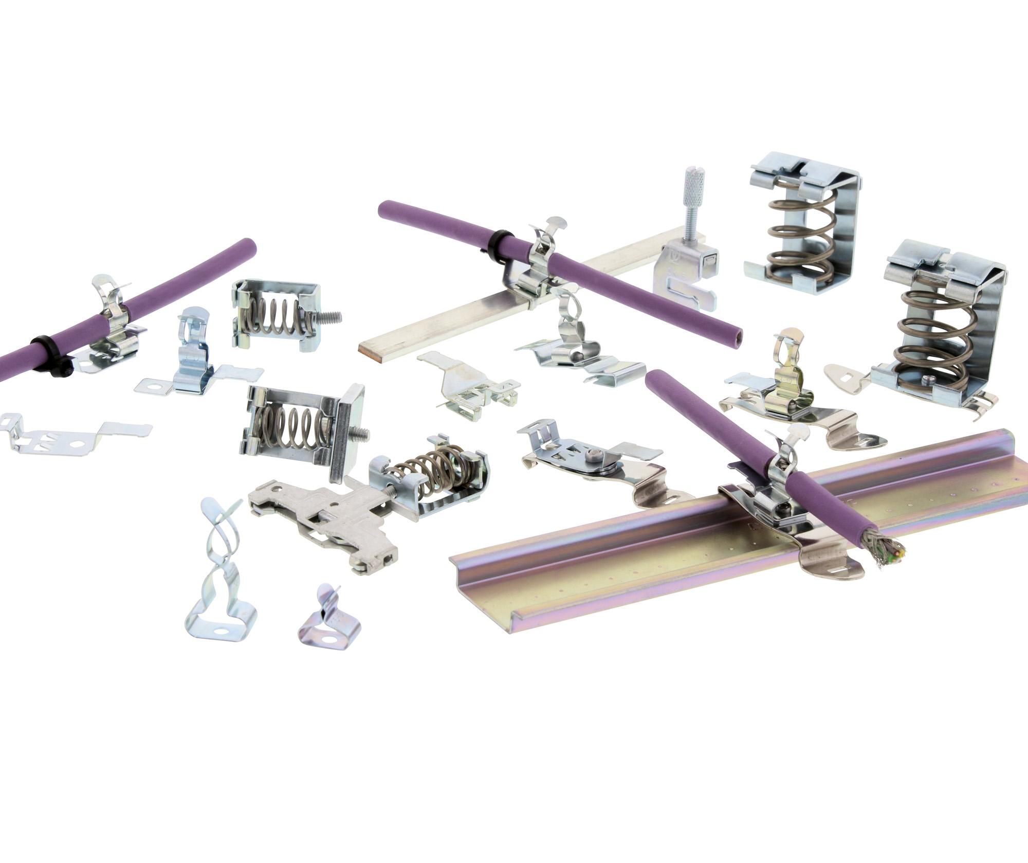 Das SAB-Programm umfasst Schirmanschlussbügel mit Schraub- oder Federkontaktierung, Schirmanschlussbügel-Klammern, Klammern-Montagefüße für alle Befestigungsarten und Sammelschienen-Halterungen. (Bild: Conta-Clip Verbindungstechnik GmbH)