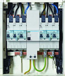 Die Kombiableiter von Hager verbinden Blitzstromableiter (Typ 1) mit Überspannungsschutz (Typ 2) und Endgeräteschutz (Typ 3) in einem Gehäuse. Der Einbau erfolgt im unteren Anschlussraum der Technikzentrale. So können ganze Gebäude mit nur einem Gerät abgesichert werden. (Bild: Hager Vertriebsgesellschaft mbH & Co. KG)
