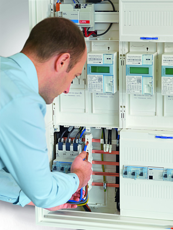 Beim Hager Einspeiseadapter ESA werden die Stromleitungen einfach in Push-in-Klemmen gesteckt. Dadurch reduziert sich die Montagezeit um rund 50 Prozent. (Bild: Hager Vertriebsgesellschaft mbH & Co. KG)