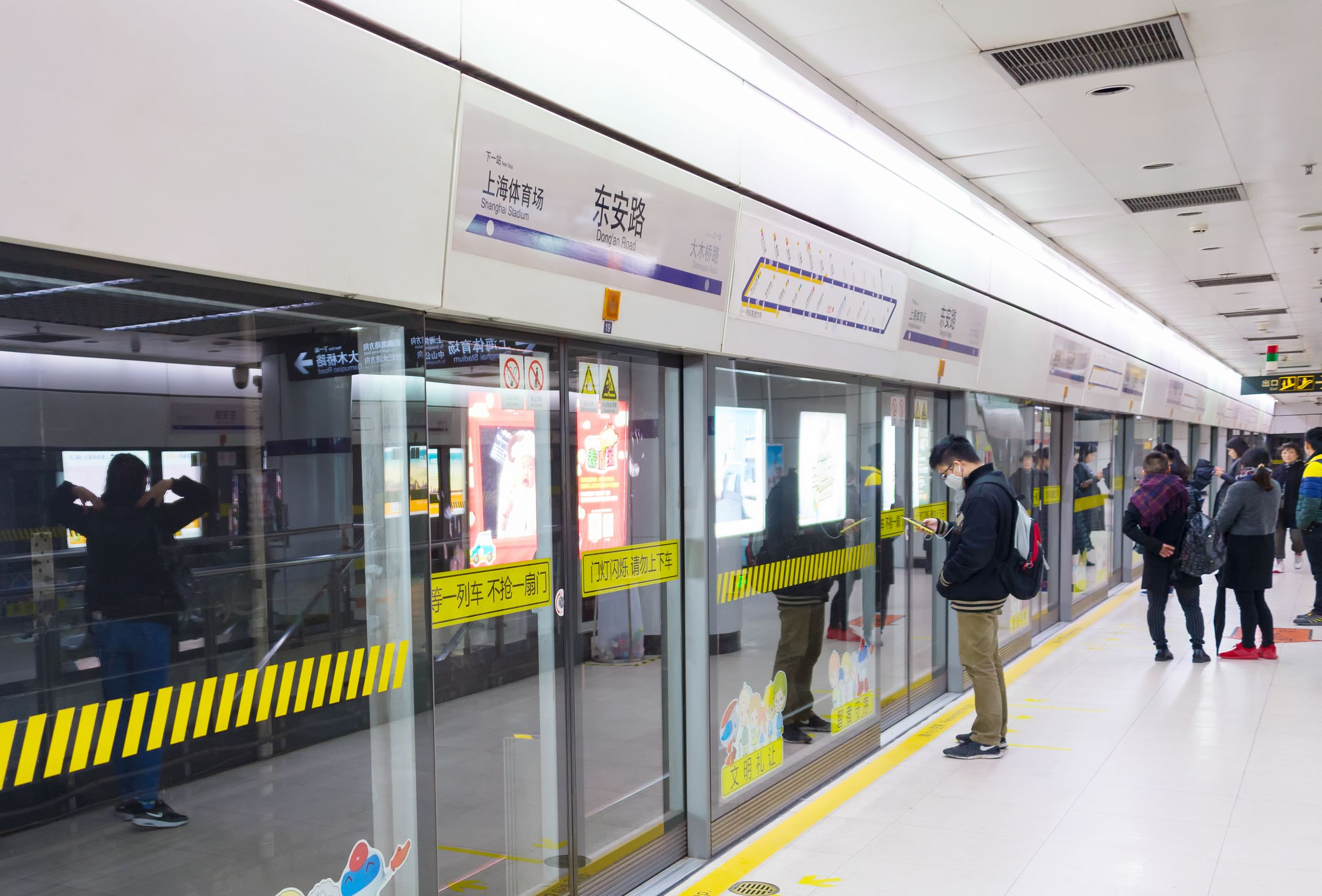 Automatisierte Zustiegstüren für mehr Sicherheit am Bahnsteig der Metro Shanghai