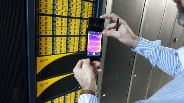 Mit thermischen Überprüfungen an den Racks lassen sich Bereiche mit zirkulierender Heißluft erkennen. Hier ist an den Lufteinlässen der Geräte alles kühl und in Ordnung. (Bild: Flir Systems GmbH)