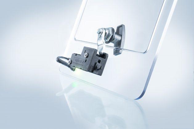 Durch den neuen, elektronisch gesteuerten Verschluss E-Cam wird die Zunge des Vorreibers auf der Schrankinnenseite gesichert. (Bild: Emka Beschlagteile GmbH & Co. KG)
