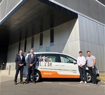 Boris Savic (l.), Geschäftsführer der Weidmüller Schweiz AG eröffnet bei strahlendem Sonnenschein das neue Vertriebsbüro in Yverdon-les-Bains. (Bild: Weidmüller Interface GmbH & Co. KG)