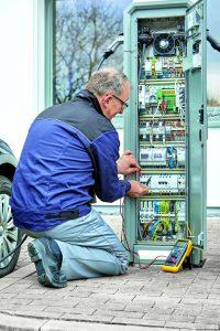 DC-Applikationsbeispiel E-Mobilität: Ladestationen enthalten eine Vielzahl von empfindlichen elektronischen Komponenten - für eine hohe Verfügbarkeit müssen sie gegen transiente Überspannungen und Blitzeinwirkungen geschützt werden. (Bild: Phoenix Contact Deutschland GmbH)