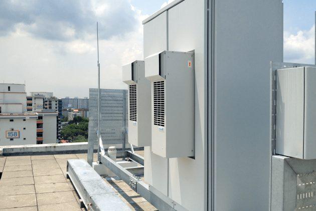 Im heißen und feuchten Klima von Singapur ist die Kühlung empfindlicher Geräte eine ständige Herausforderung. (Bild: Pfannenberg Europe GmbH)
