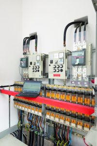 Der ABB-Schalter sitzt auf einer weißen Isolierstoffplatte. So lässt er sich einfach mit vier Schrauben befestigen. (Bild: Thomas Riese)