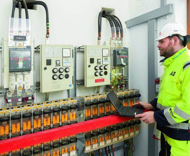 Der ABB-Servicetechniker kann die Daten des Schalters bei der Inbetriebnahme, aber auch für die weitere Dokumentation bequem über den Laptop auslesen. (Bild: Thomas Riese)