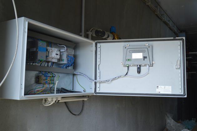 Im Inneren des Schaltschranks sind Komponenten von Wachendorff verbaut - etwa der Controller NA9371 des FnIO-Systems. (Bild: Wachendorff Prozesstechnik GmbH & Co. KG)