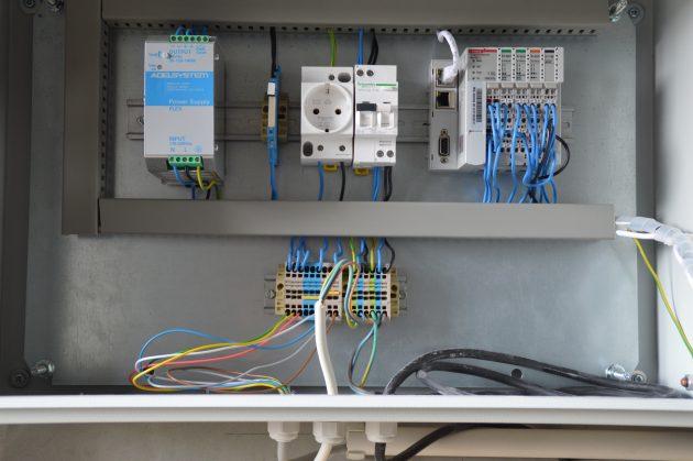 I/O-Controller (Kleinsteuerung) und Netzteil stammen ebenfalls von Wachendorff. (Bild: Wachendorff Prozesstechnik GmbH & Co. KG)