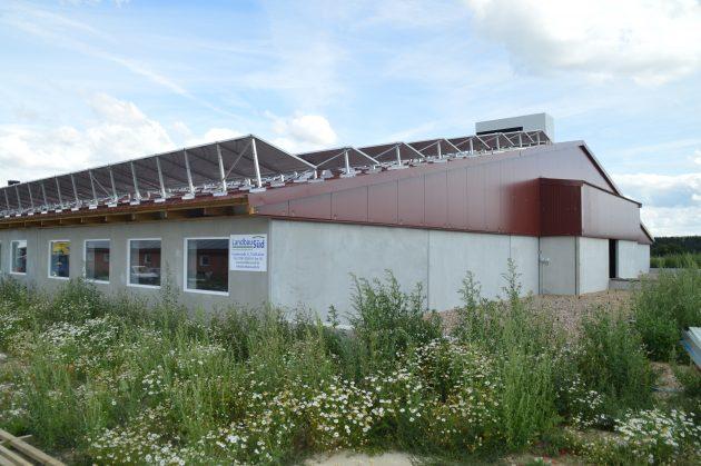 Der neue Stall von außen - im Vordergrund die gefüllten Filterwannen, aus denen die gereinigte Luft in die Umgebung strömt. (Bild: Wachendorff Prozesstechnik GmbH & Co. KG)