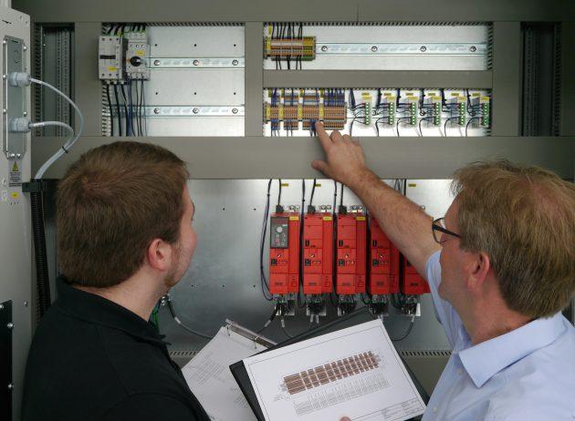 Stefan Zumbrock (links) von Wächter Packautomatik und Stefan Lübbers von Weidmüller (rechts) diskutieren den Aufbau einer Klemmleiste. (Bild: Weidmüller GmbH & Co. KG)
