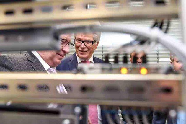 Mit einer Spende von Prof. Dr. Friedhelm Loh (Mitte) konnte die CP Factory, eine universelle Industrie 4.0-Lernfabrik, für die Gewerblichen Schulen in Dillenburg angeschafft werden. (Bild: Rittal GmbH & Co. KG)