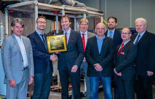 Übergabe der Urkunde durch Edward Jensen (UL) an Dr. Thomas Schöpf (Dehn) (Bild: Dehn + Söhne GmbH + Co. KG)