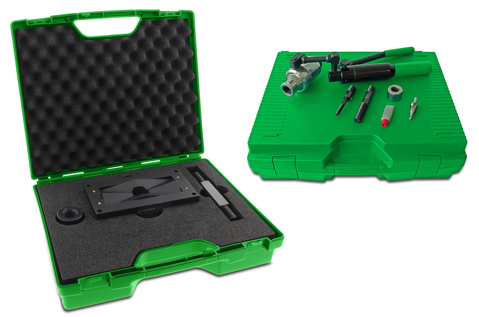 Hydraulische Handpumpe und Stanzwerkzeug von Conta-Clip für Schaltschranköffnungen (Bild: Conta-Clip Verbindungstechnik GmbH)