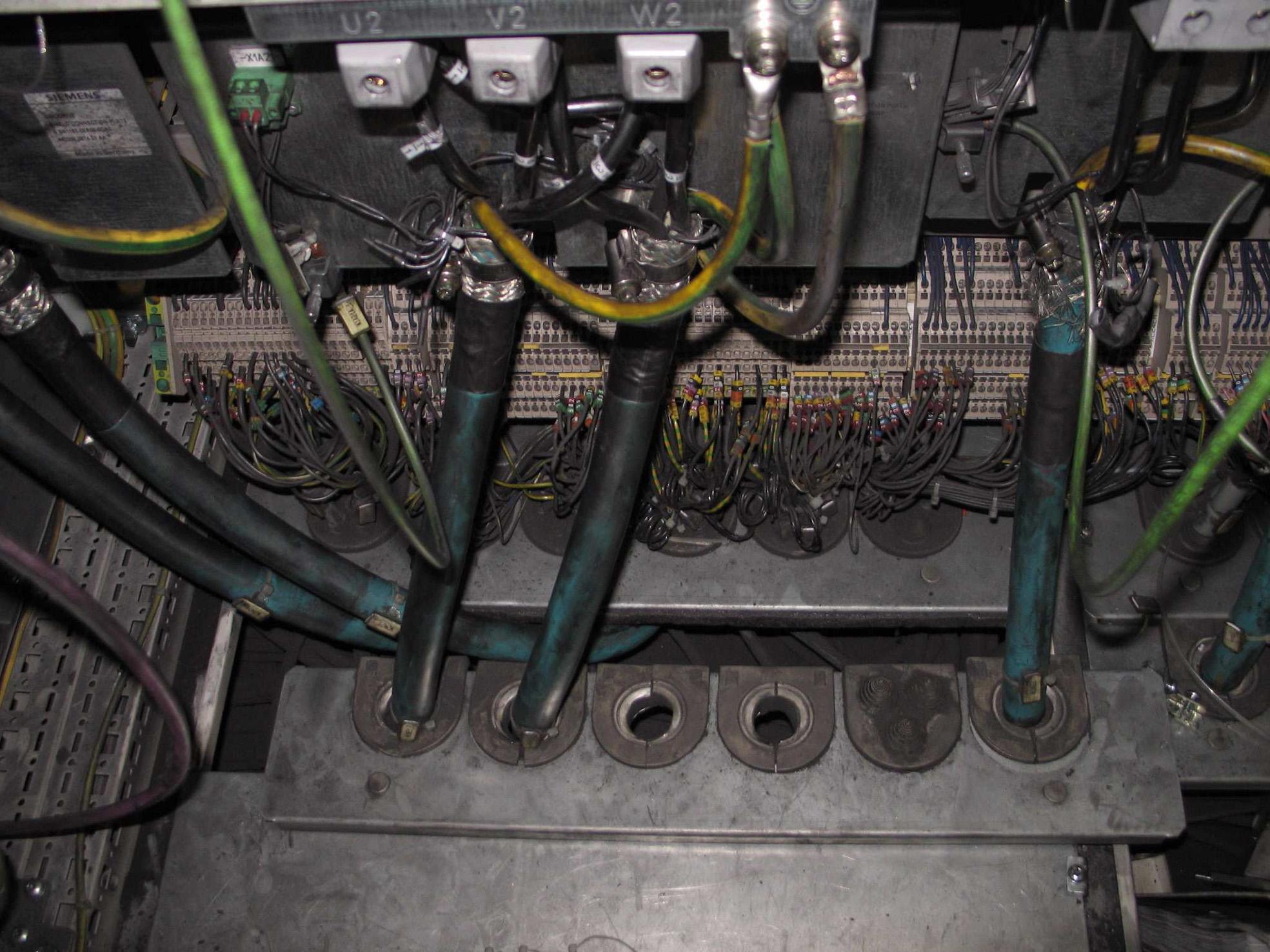 Verschmutze Schaltschränke aufgrund undichter Kabeleinführung (Bild: Icotek GmbH)