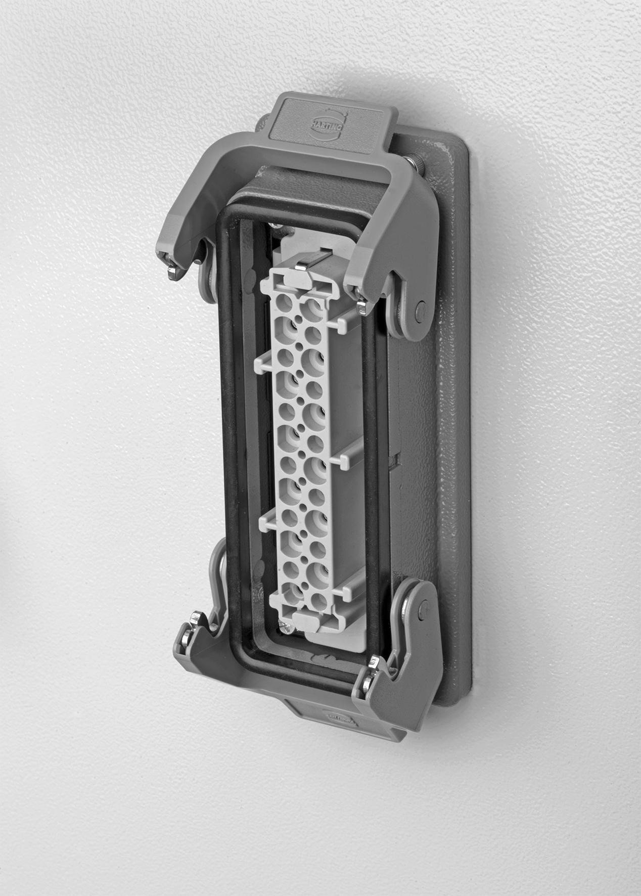 Die rückwärtige Montage von Kontakteinsätzen und das damit verbundene einfachere Handling beschleunigt die Ausstattung von Schaltschränken mit Schnittstellen. (Bild: Harting Electric GmbH & Co. KG)