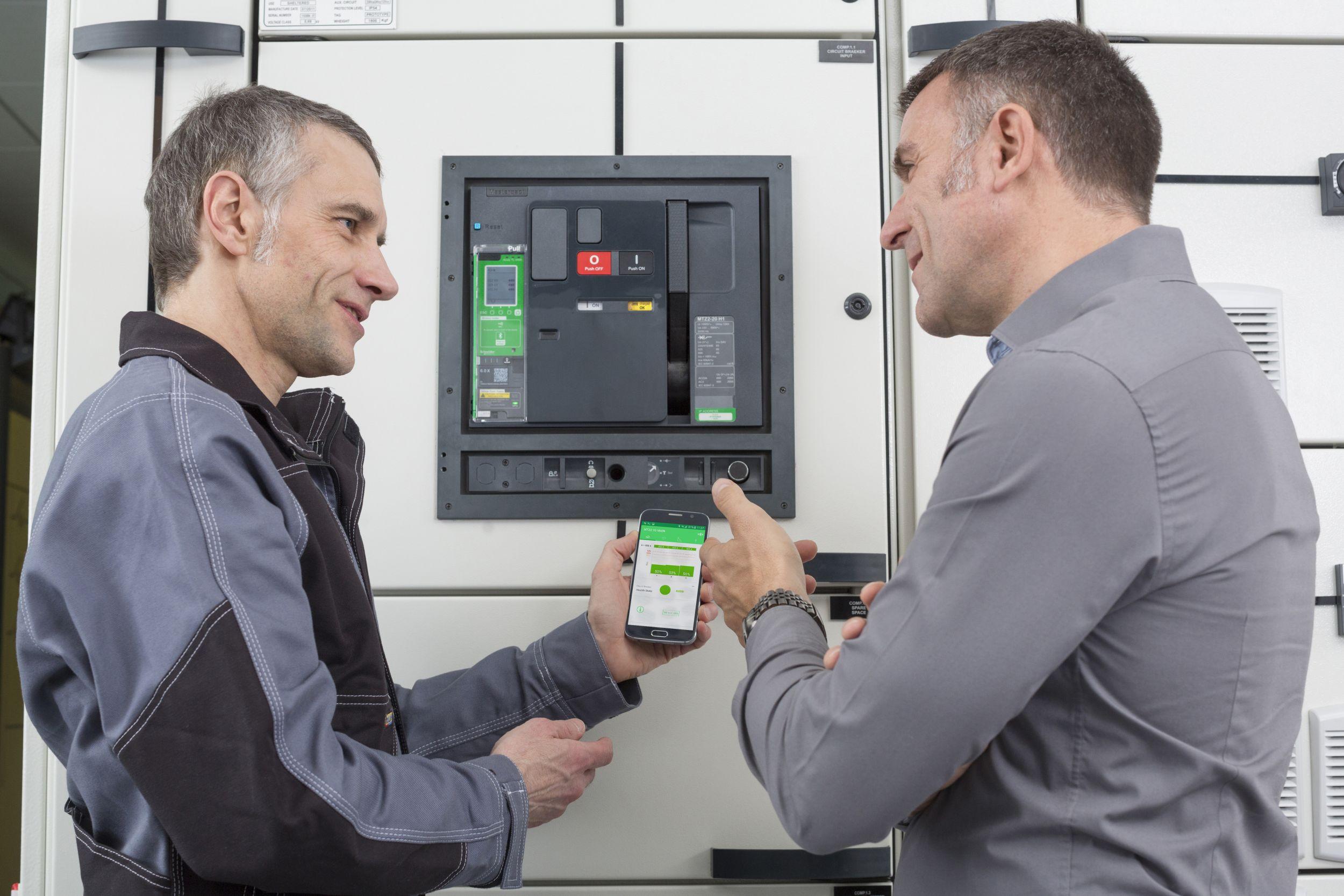 Die permanent erhobenen Daten, die von den jeweiligen digitalen Modulen zusammengetragen und aufbereitet werden, können von überall her kontaktlos mit dem Handy oder einem anderen digitalen Endgerät abgerufen werden. (Bild: Schneider Electric GmbH)