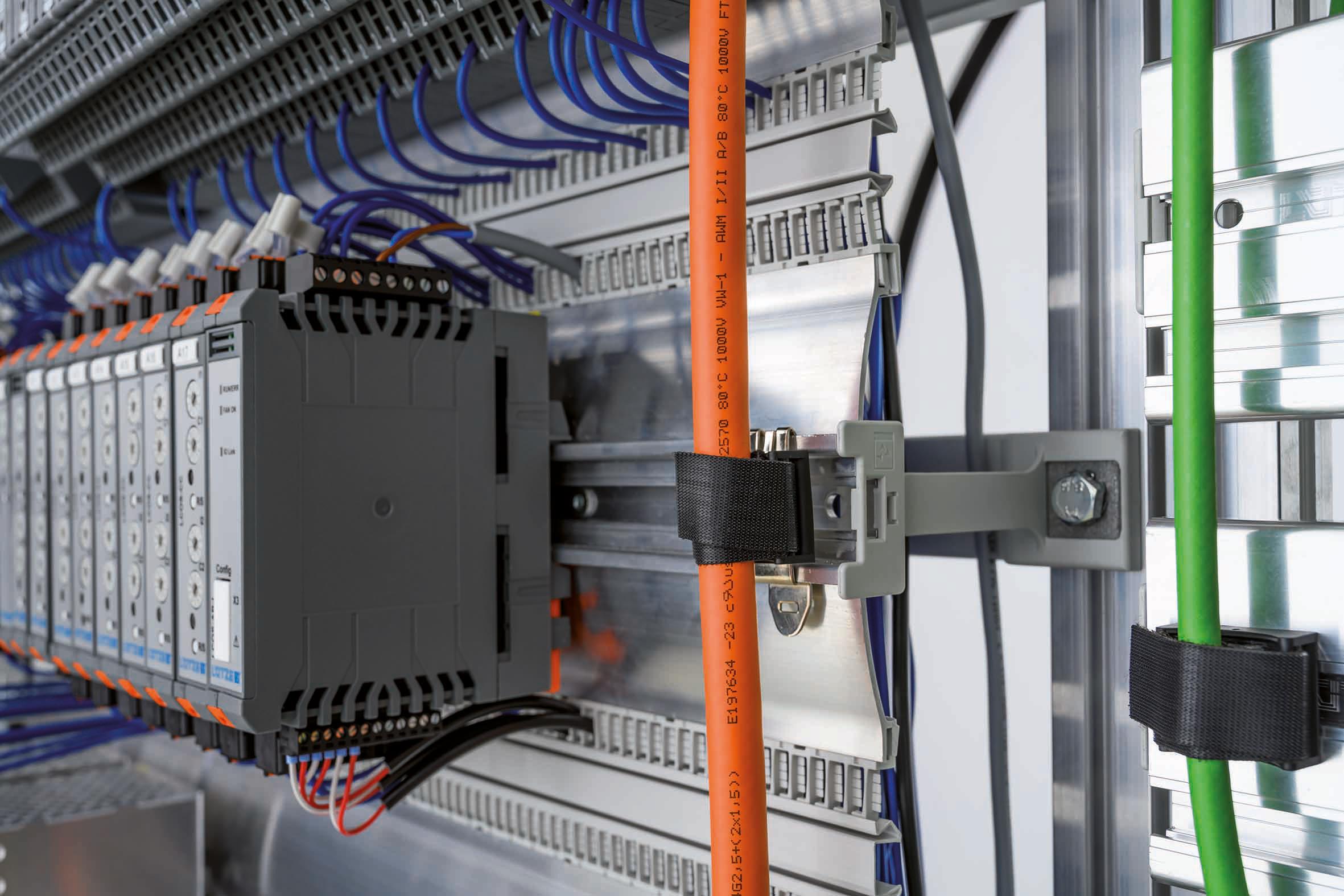 Klettbandsockel von Lütze zur vertikalen Leitungsverlegung über die Tragschiene oder Stegprofile. (Bild: Friedrich Lütze GmbH)
