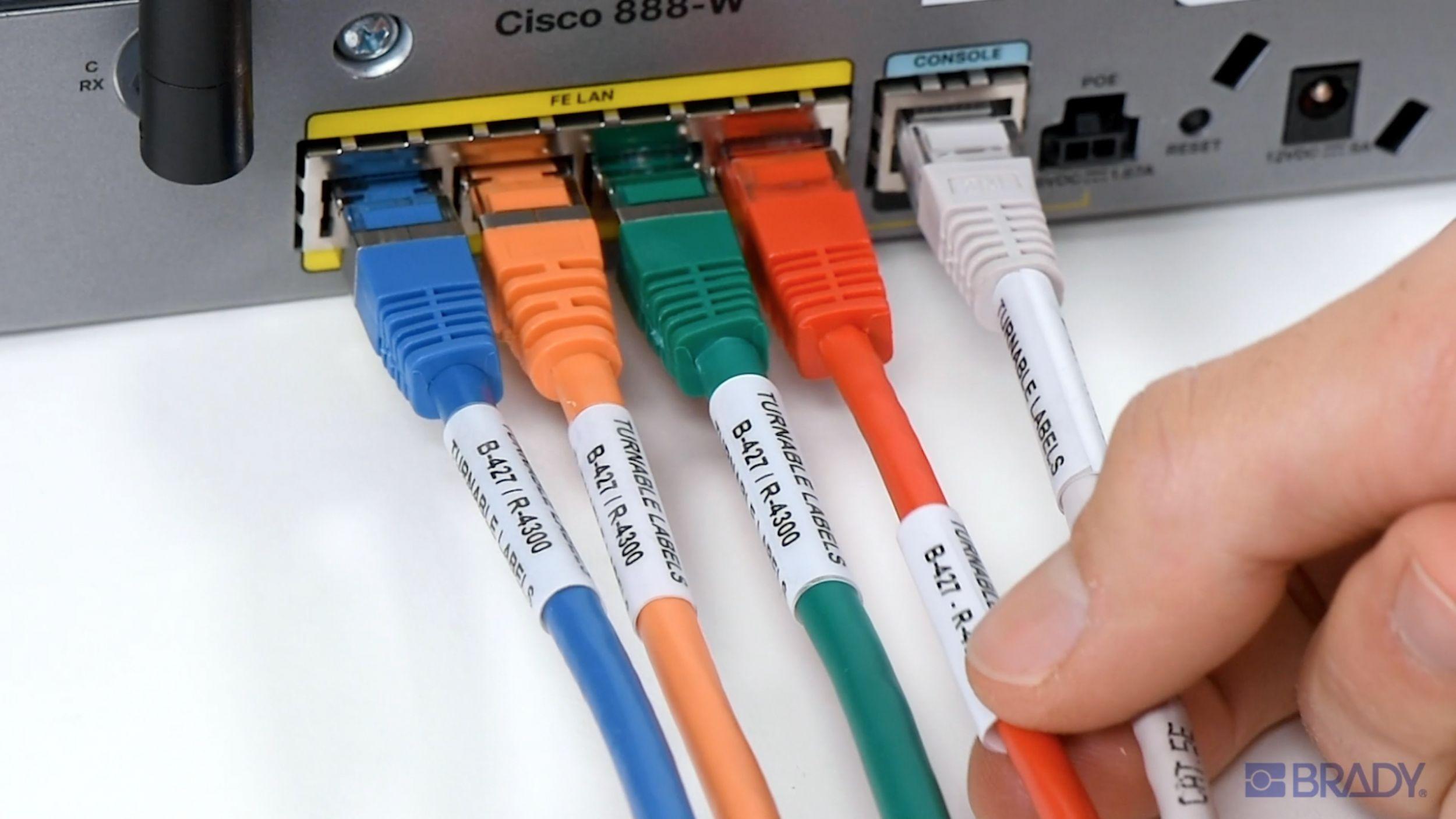 Die drehbaren Etiketten von Brady ermöglichen ein schnelleres Identifizieren von Kabeln. (Bild: Brady GmbH)