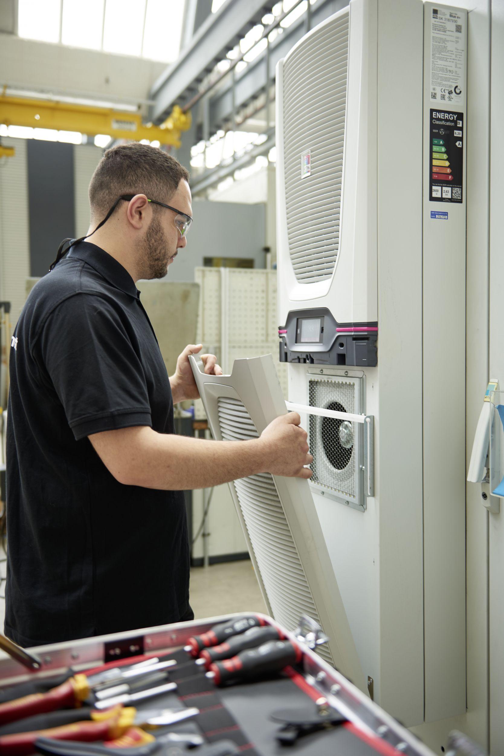 Nach der Umrüstung auf die neue Blue e+ Kühlgeräte-Generation wurden über 70 Prozent oder 25.000 Euro pro Jahr an Energiekosten eingespart. (Bild: Rittal GmbH & Co. KG)