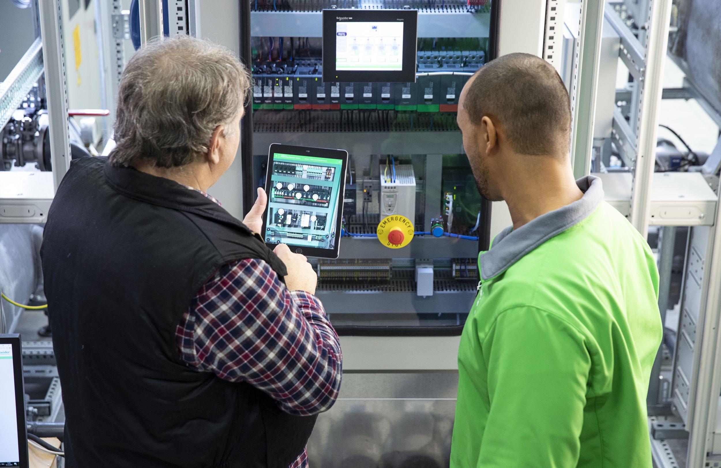 In modernen Schaltschränken, wie den Smart Panels von Schneider Electric, arbeiten Mess-, Steuerungs- und Softwarekomponenten intelligent zusammen. (Bild: Schneider Electric GmbH)